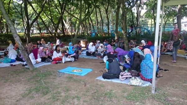 Mehr als 300.000 südostasiatische Hausangstellte leben in Hongkong. Sonntag ist der einzige arbeitsfreie Tag in der Woche. Die Indonesierinnen treffen sich im Victoria Park...